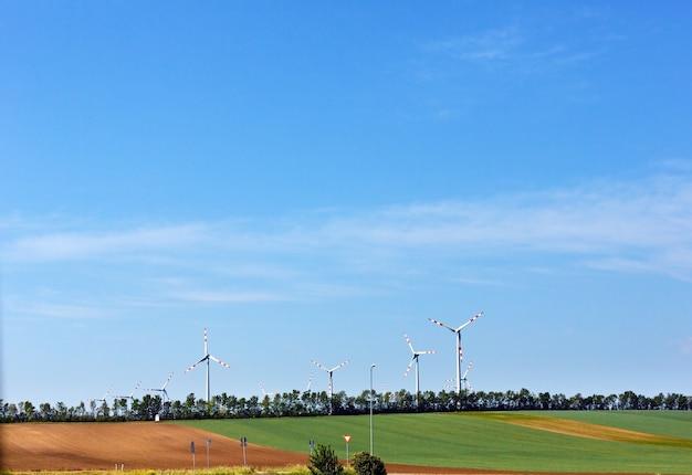 青空の背景に風力タービン