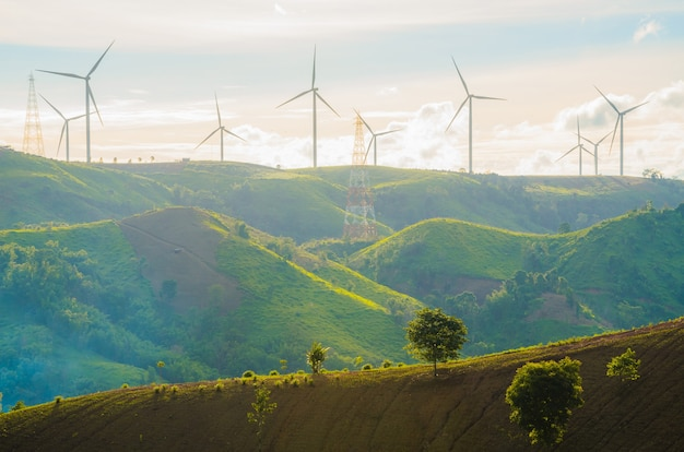 풍력 터빈은 일몰 배경 동안 햇빛으로 전기를 생산합니다.