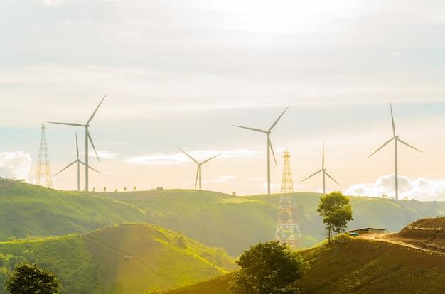 풍력 터빈은 일몰 배경에서 햇빛으로 전기를 생산합니다.
