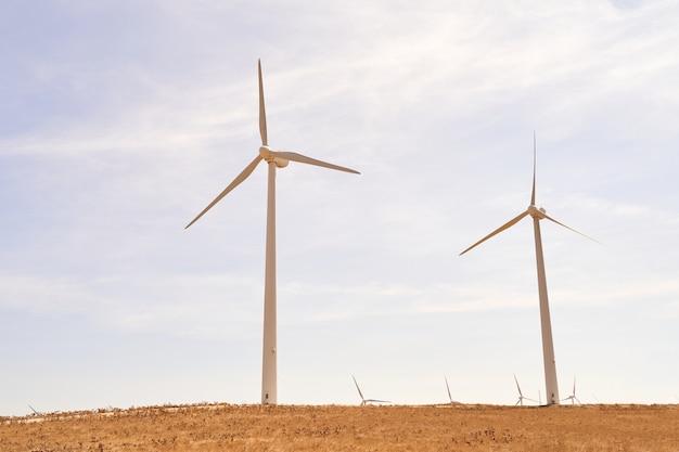 현장에서 전기를 생산하는 풍력 터빈. 재생 가능 에너지의 개념. 카디스, 스페인.