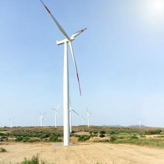 풍력 터빈, 푸른 하늘이 있는 들판의 야생 밀