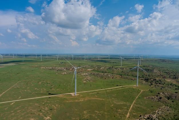 青い空の下、テキサス西部の平原にある風力タービン風車エネルギー農場