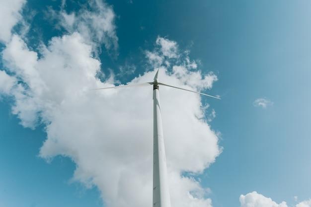 Ветряные турбины ветряная мельница энергия на природе в очень солнечный день, с копией пространства и большим количеством воздуха