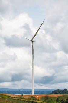 雲と空の風力タービン
