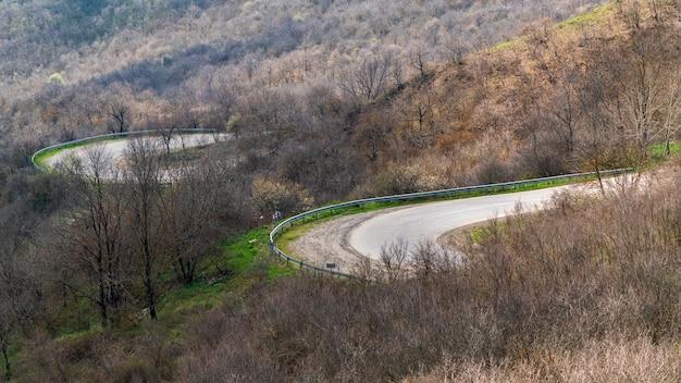 Извилистая дорога через горный перевал