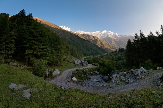 ヒマラヤ山脈の間の曲がりくねった道