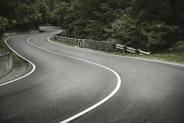 山の曲がりくねった道。曲線。
