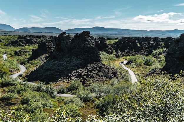 アイスランド北部のディムボルギル溶岩原を通る曲がりくねった道