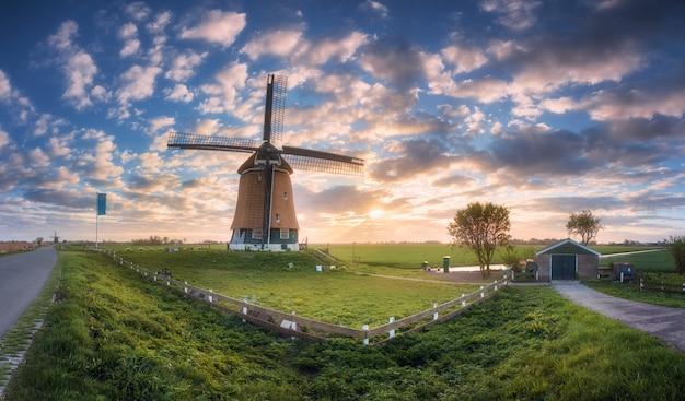 オランダの日の出風車