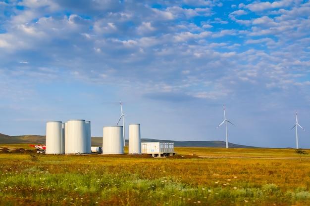 風車の建設。風力タービンの設置
