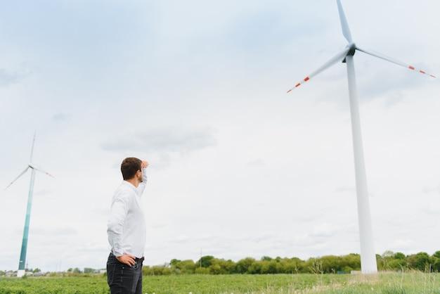 Инженер ветряной мельницы осмотр и проверка хода ветряной турбины на строительной площадке Premium Фотографии