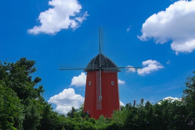 Ветряная мельница в пасмурный день