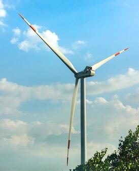 夏の牧草地の風車代替エネルギー発電所高品質の写真