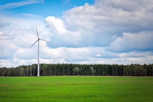 緑の野原の近くの風車。環境風