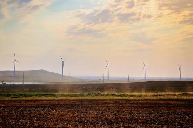 Парк ветряных мельниц, огромные турбины ветряных генераторов. альтернативная энергетика.