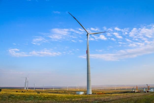 풍차 공원, 거대한 풍차 발전기 터빈. 대체 에너지.