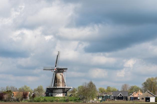 昼間は曇り空の下に立っている風車