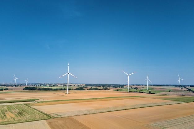 夏の日の回転風力発電機のフィールドでの風車タービン