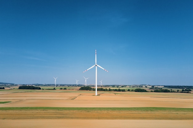 풍력 발전기를 회전하는 여름날 들판의 풍차 터빈