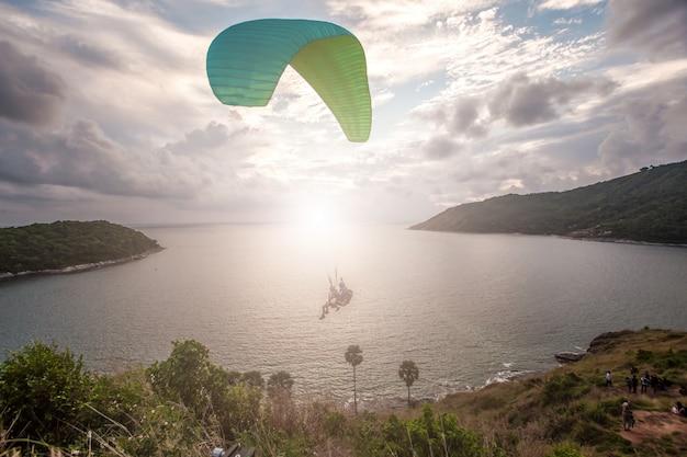 Windmill viewpointで夕日を追いかけるパラグライダー。プーケット、タイ。
