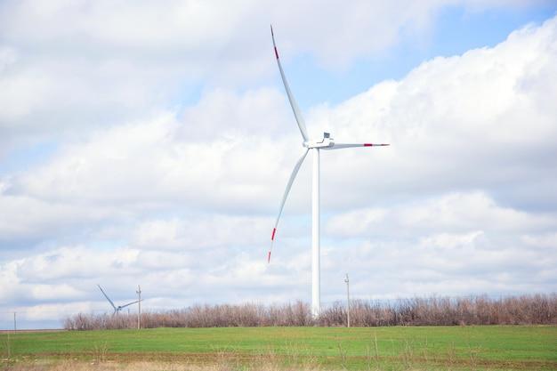 道路沿いの風車。風車は電気を生成します。風力発電所。再生可能エネルギー源