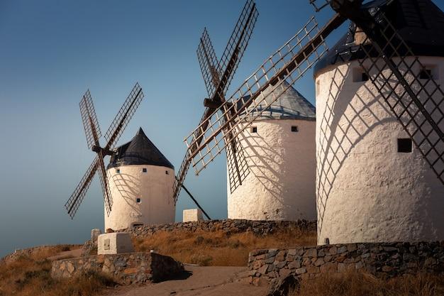 風車とコンスエグラ城、エルキホーテの有名な巨人。