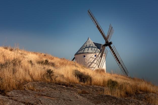 Ветряные мельницы и замок консуэгра, знаменитых гигантов из романа «эль кихот».