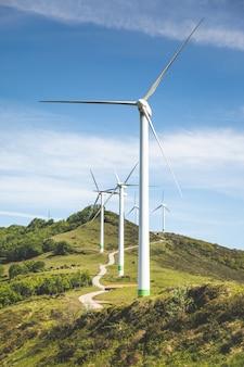 Bizkaia의 oiz 산 꼭대기에 있는 풍차; 바스크 국가.