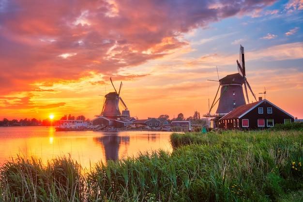 Ветряные мельницы в заансе шанс в голландии на закате заандам нижний