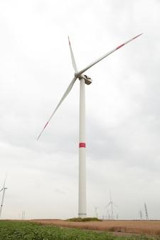 曇りの日の発電用風車。縦の写真