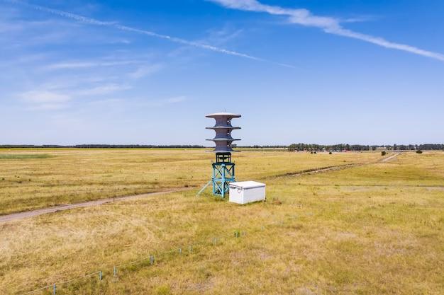 전력 생산을 위한 풍차. 재생 가능한 에너지 원입니다. 푸른 하늘에 대하여 풍차입니다. 전기 친환경 에너지.