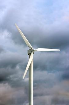 발전용 풍차. 어둡고 우울한 하늘을 배경으로 풍력 터빈, 노르웨이의 바람이 부는 날씨, 텍스트를 삽입할 장소.