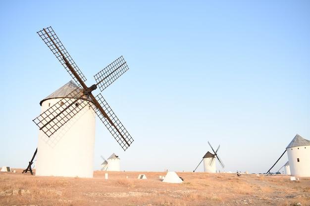 晴れた日の野原の風車