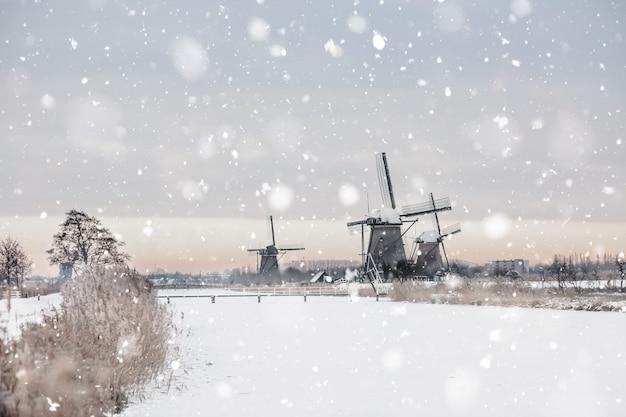 겨울에 네덜란드 kinderdijk에있는 풍차
