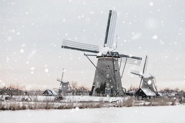 겨울에 네덜란드 Kinderdijk에있는 풍차 프리미엄 사진
