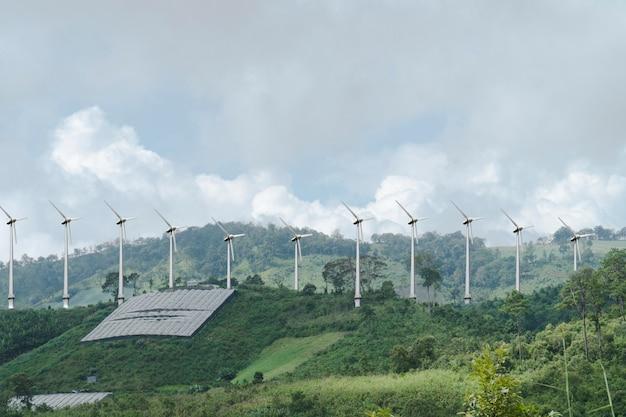 높은 산에 풍차.