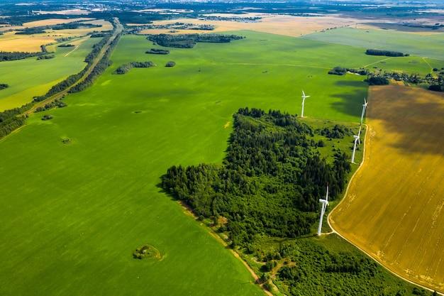Ветряные мельницы на фоне лесов и полей