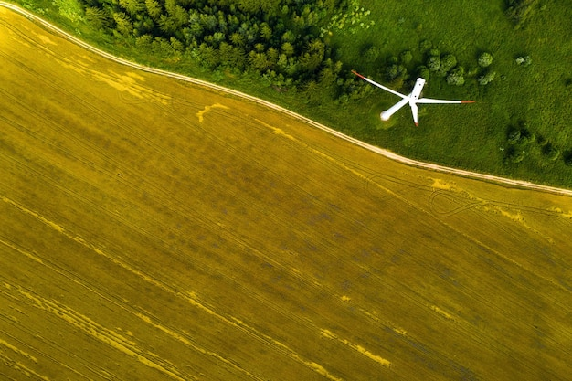 숲과 들판의 벽에 풍차. 자연 속에서 풍차. 벨라루스.