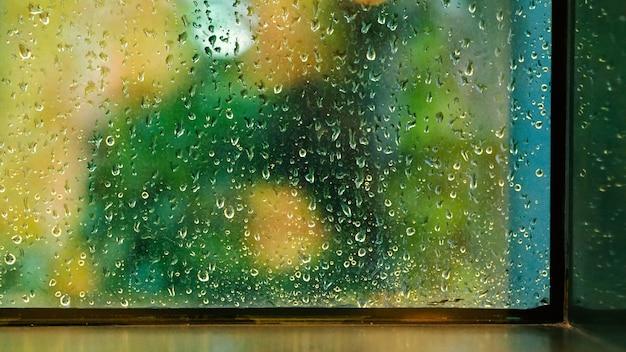 태국 방콕의 비오는 날 콘도미니엄이나 아파트 방에 창문과 빗방울이 떨어집니다.