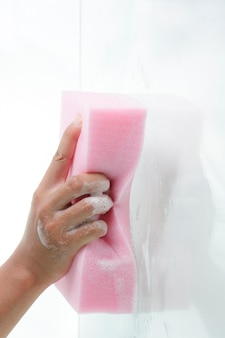 Window cleaner using a pink sponge