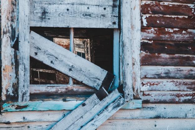 Окно покрыто досками