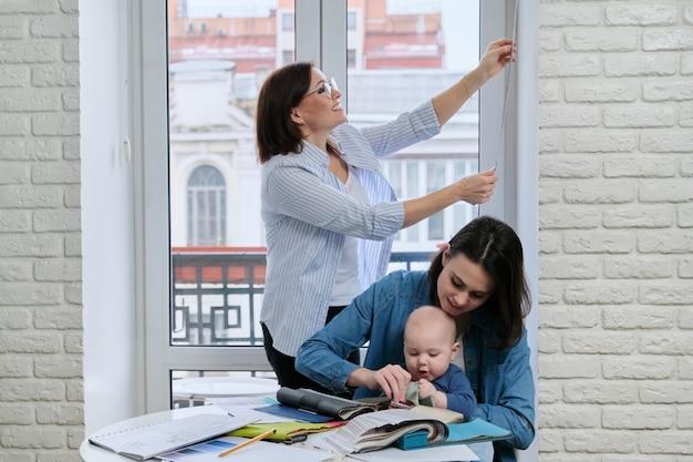 カーテン付きの窓の装飾、窓のサイズを取る女性デザイナー