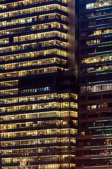 窓のファサードのオフィスビルの夜