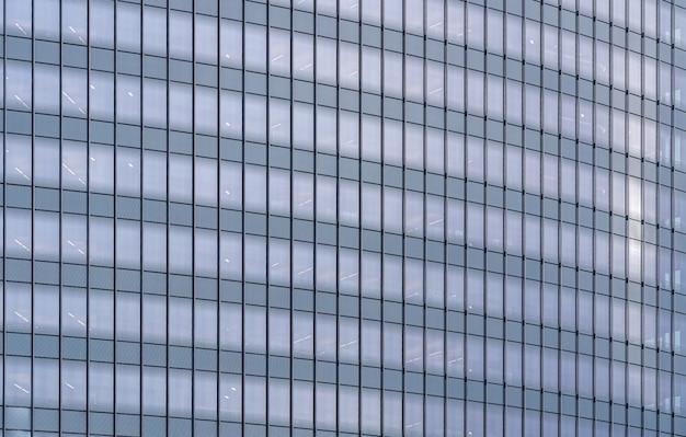 窓のファサードのオフィスビル
