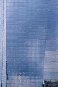 窓のファサード事務所ビル
