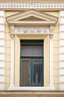 Окно из здания в тимишоаре, румыния
