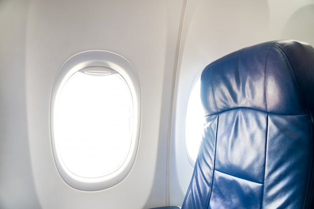 Окно в самолете с сиденьями в салоне