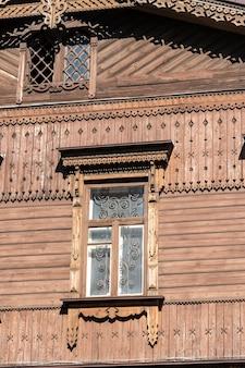 오래 된 목조 주택의 벽에 창을 닫습니다. 우크라이나의 창문이 있는 정통 목조 주택