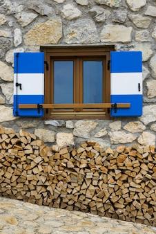 高山の避難所の窓