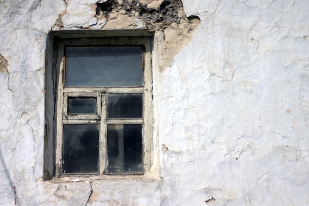 Окно старого дома.
